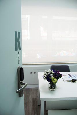 Despacho K, con luz natural y equipado con todo lo necesario