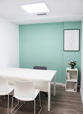 Despacho interior preparado para trabajar