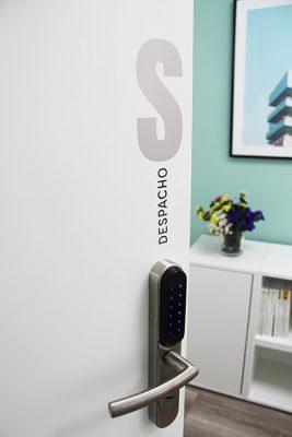 Puerta y cerradura inteligente del despacho S