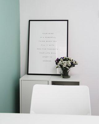 detalle del despacho y, con flores
