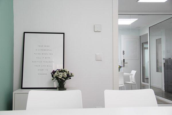 vista del despacho S y pasillo del coworking