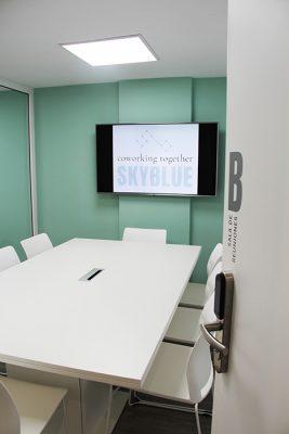 puerta y mesa sala de reuniones