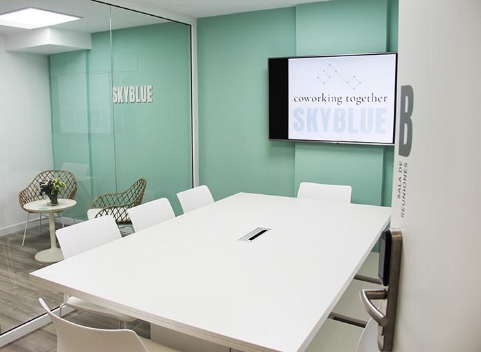 mesa de la sala de reuniones