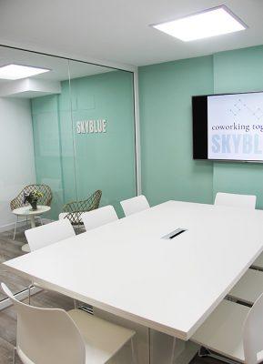 vista de la entrada del coworking y sala de reuniones