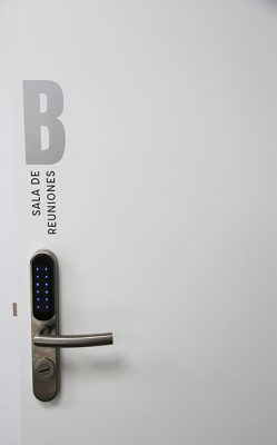 Puerta B, sala de reuniones de skyblue